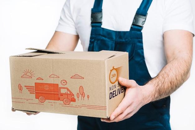 Maquete de entrega com homem segurando a caixa Psd grátis