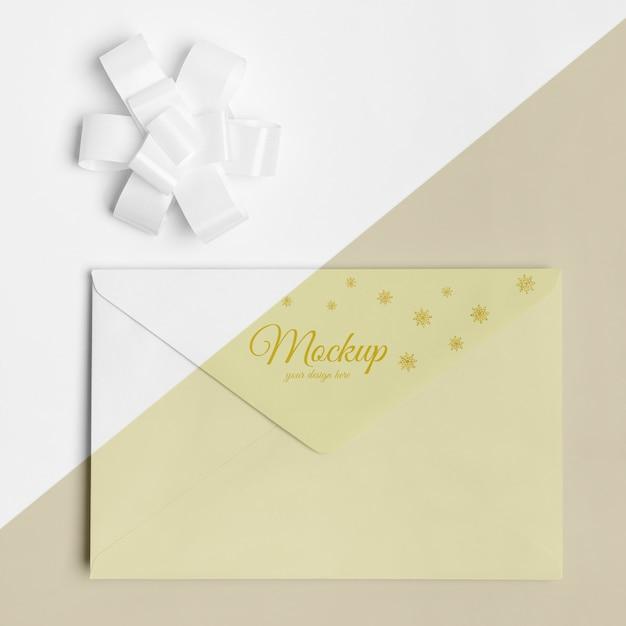 Maquete de envelope de convite de ano novo com fita Psd grátis