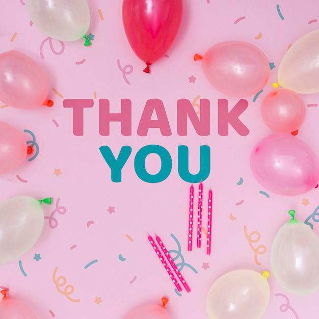 Maquete de feliz aniversário com balões e mensagem de agradecimento Psd grátis