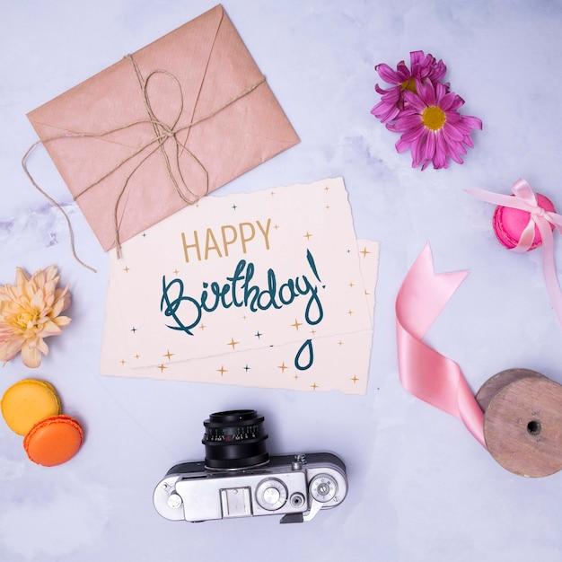 Maquete de feliz aniversário com envelope e câmera retro Psd grátis