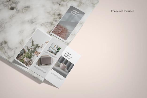 Maquete de folheto com três dobras próximo ao balcão de mármore Psd Premium