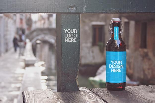 Maquete de garrafa de cerveja do canal bridge Psd Premium