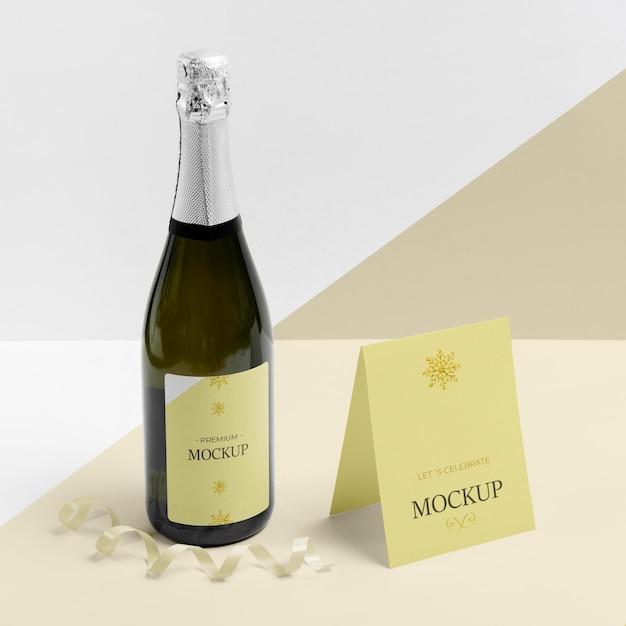 Maquete de garrafa de champanhe e cartão de pé Psd grátis