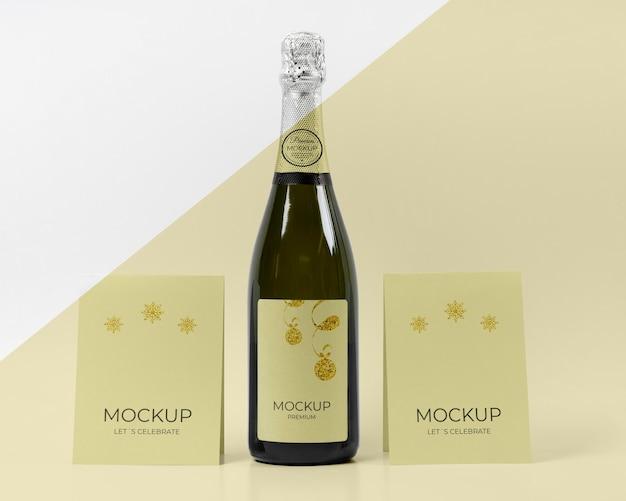 Maquete de garrafa de champanhe vamos comemorar cartas Psd grátis