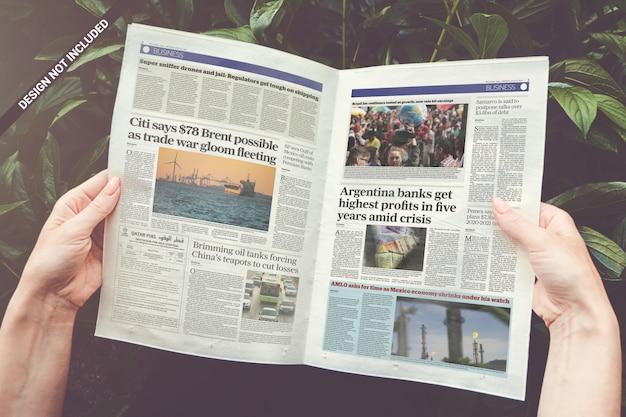 Maquete de jornal aberto Psd Premium