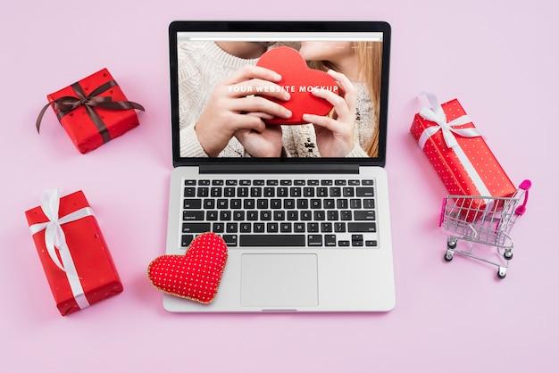 Maquete de laptop com elementos do dia dos namorados Psd grátis