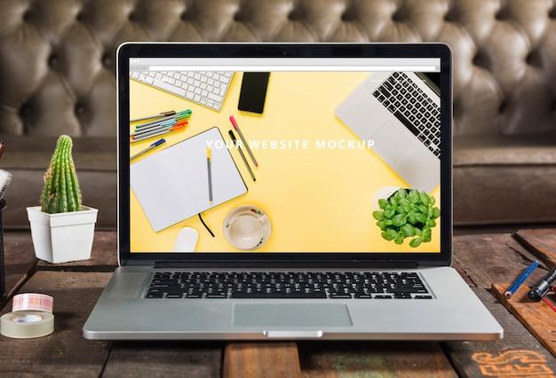 Maquete de laptop na mesa de madeira Psd grátis