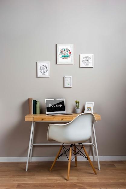 Maquete de laptop na mesa pequena Psd grátis