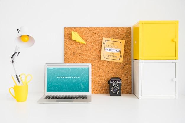 Maquete de laptop para apresentação do site com volta ao conceito de escola Psd grátis