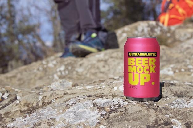 Maquete de lata de cerveja de montanha Psd Premium