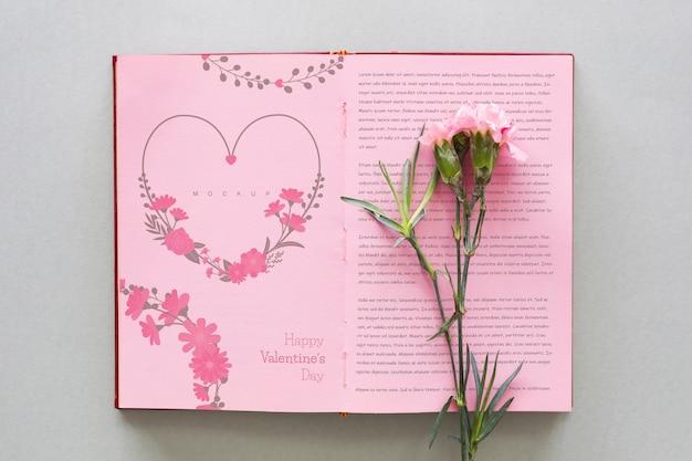 Maquete de livro aberto com flor para dia dos namorados Psd grátis