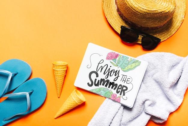 Maquete de livro aberto plana leigos com elementos de verão Psd grátis