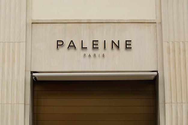 Maquete de logotipo em bege de luxo para fachada Psd grátis