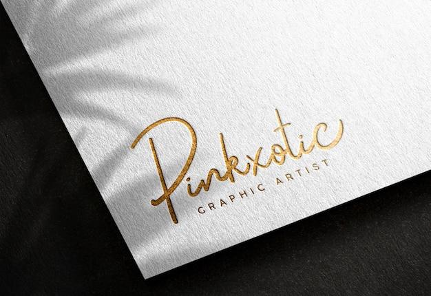 Maquete de logotipo em papel branco com efeito de impressão dourado prensado Psd Premium