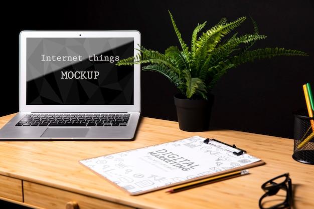 Maquete de macbook ao lado do bloco de notas Psd grátis