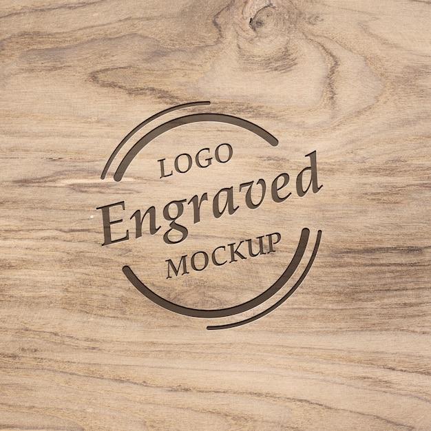 Maquete de madeira realista realista gravada logotipo Psd Premium