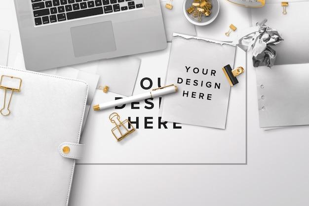 Maquete de mesa de escritório com laptop e papéis Psd Premium