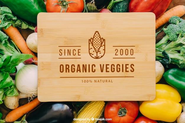 Maquete de mesa de madeira com vegetais Psd grátis