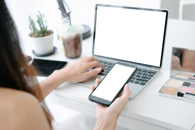 Maquete de mulher bonita, compras on-line com laptop e smartphone em sites on-line Psd Premium
