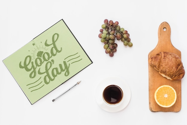 Maquete de notebook aberto com conceito de pequeno-almoço Psd grátis