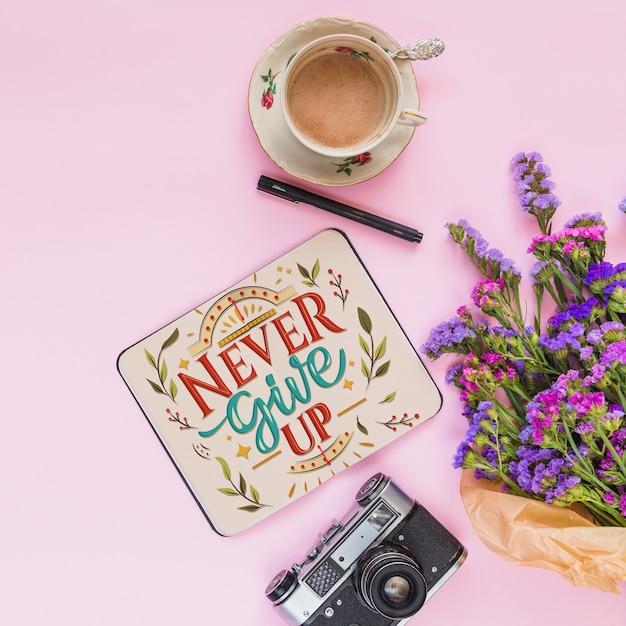 Maquete de notebook com decoração floral para casamento ou citação Psd grátis
