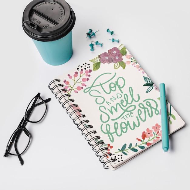Maquete de notebook com tirar a xícara de café Psd grátis