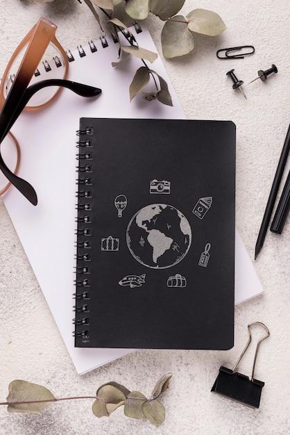 Maquete de notebook de vista superior na mesa Psd grátis