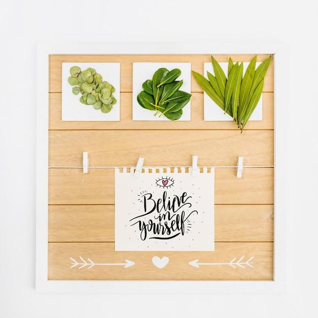 Maquete de papel com folhas tropicais Psd grátis