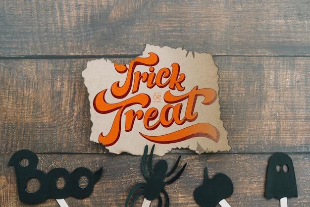 Maquete de papel rasgado com conceito de halloween e elementos na parte inferior Psd grátis