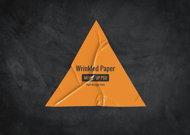 Maquete de papel triangular enrugado em uma superfície escura Psd Premium
