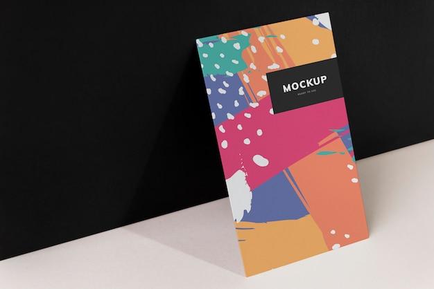 Maquete de papelão colorido contra a parede preta Psd grátis
