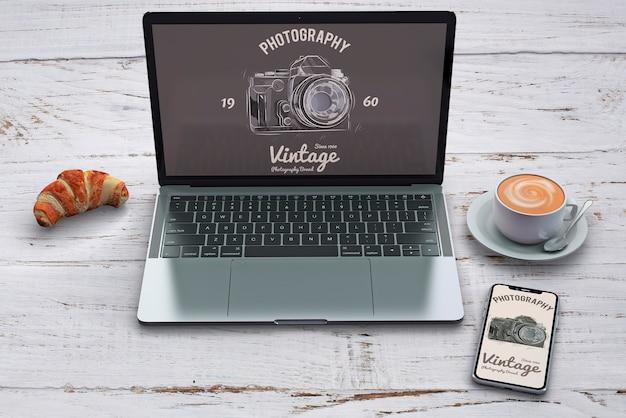 Maquete de papelaria com conceito de fotografia e laptop Psd grátis