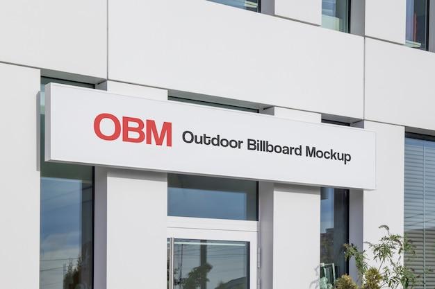 Maquete de publicidade de outdoor horizontal ao ar livre de rua urbana estreita pendurado na fachada do escritório Psd Premium