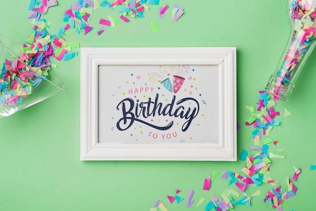Maquete de quadro de aniversário com confete Psd grátis
