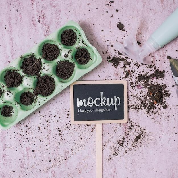 Maquete de quadro negro com vasos de jardinagem Psd grátis
