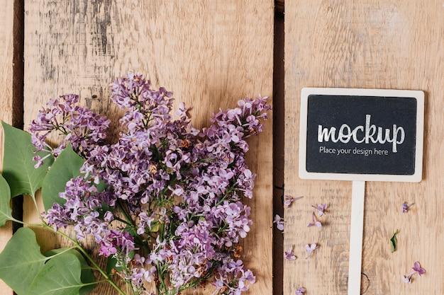 Maquete de quadro-negro com vista superior e lindas flores Psd grátis