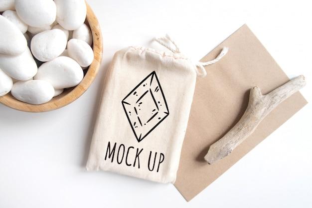 Maquete de saco de algodão de baralho de tarô com textura marrom de papel artesanal envelope e vara rústica Psd Premium