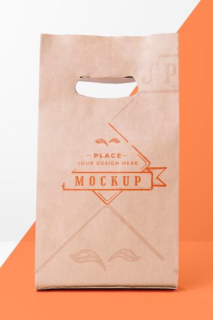 Maquete de saco de papel ecológico em fundo bicolor Psd grátis