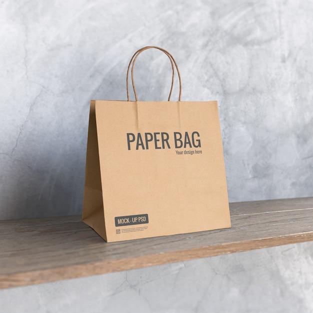 Maquete de saco de papel na prateleira Psd grátis