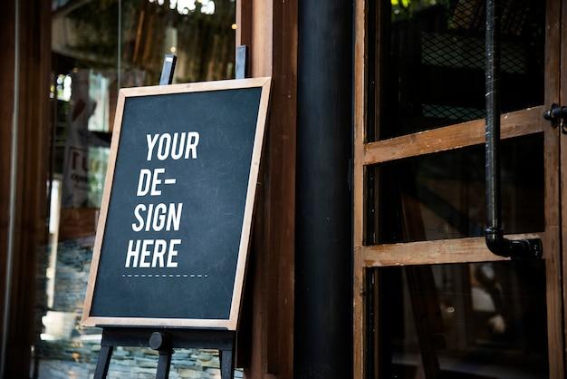 Maquete de sinal de quadro-negro na frente de um restaurante Psd grátis