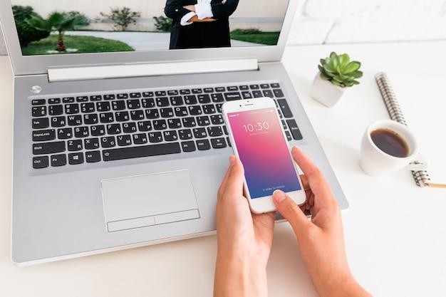 Maquete de smartphone com laptop e conceito de espaço de trabalho Psd grátis