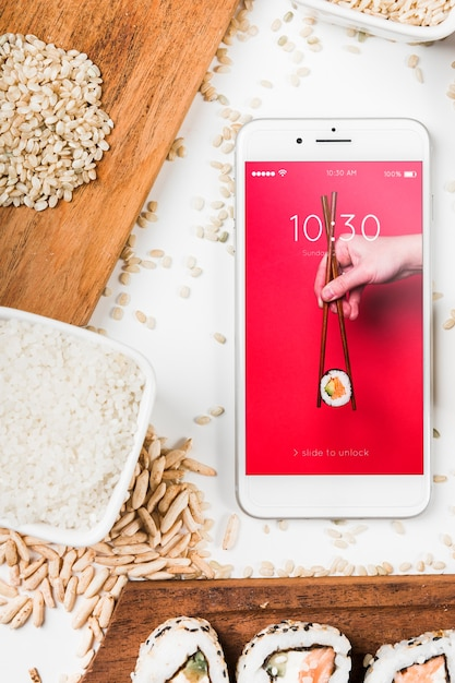 Maquete de smartphone com maquete de comida japonesa Psd grátis