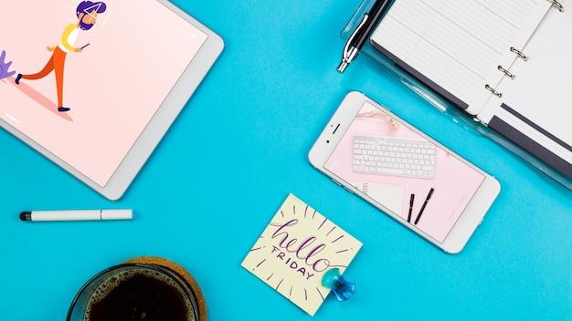Maquete de smartphone com materiais de escritório na mesa Psd grátis