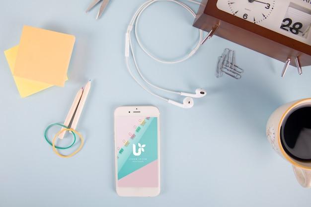 Maquete de smartphone com post-it, notas e elementos Psd grátis