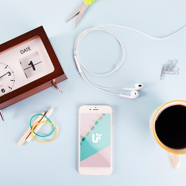 Maquete de smartphone com vários elementos Psd grátis