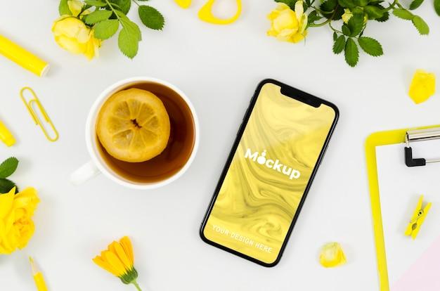 Maquete de smartphone de vista superior com chá Psd grátis