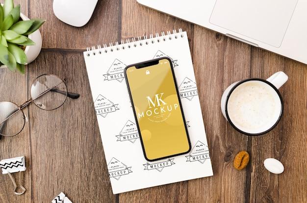 Maquete de smartphone e bloco de notas plana Psd grátis