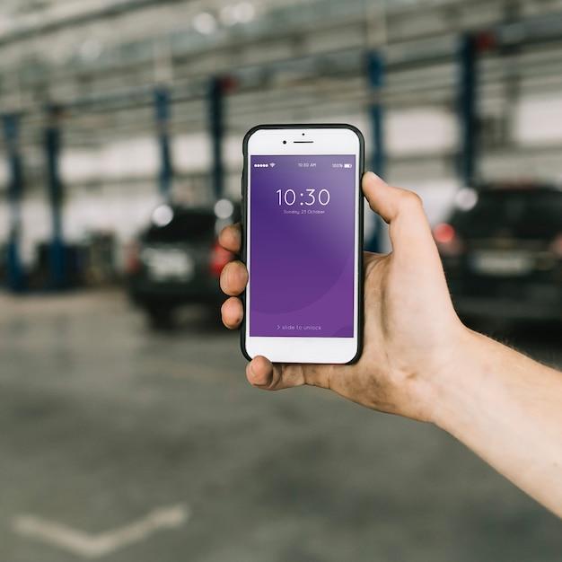 Maquete de smartphone na fábrica de automóveis Psd grátis