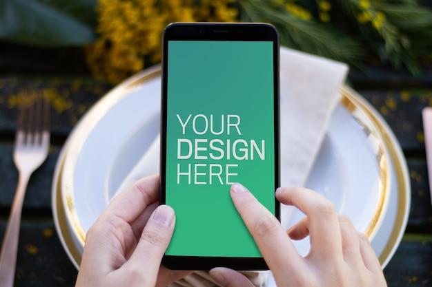 Maquete de smartphone na mesa de primavera Psd Premium