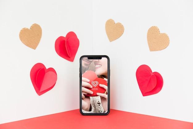 Maquete de smartphone no canto com o conceito dos namorados Psd grátis